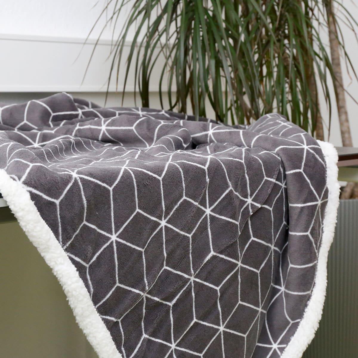 BettwarenShop Fleecedecke Wendeplaid Cube dark grey