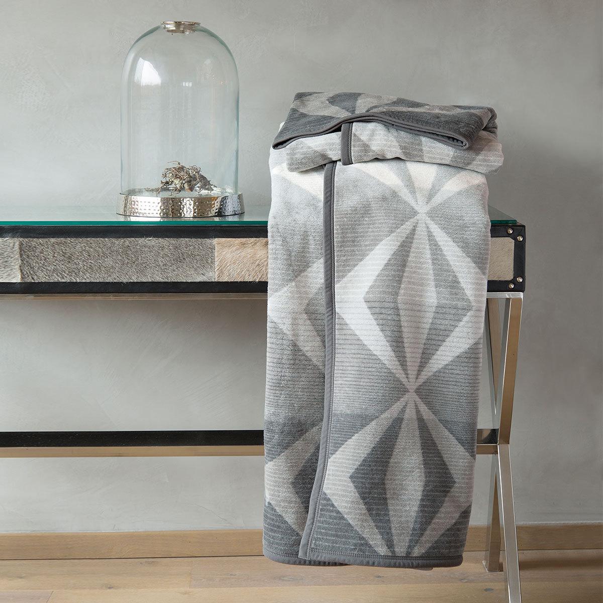 ibena jacquard wohndecke salvan grau g nstig online kaufen bei bettwaren shop. Black Bedroom Furniture Sets. Home Design Ideas
